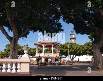 Der zentrale Platz in Buenavista del Norte Teneriffa Spanien mit traditionellen Pavillon Bar und Kirche hinter - Stockfoto