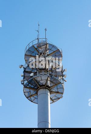 Kommunikation-Mast für verschiedene Antennen und Gerichte gegen blauen Himmel - Stockfoto