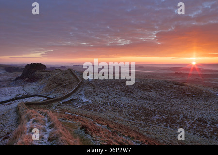 Sunrise und Hadrianswall National Trail, Hadrianswall, UNESCO World Heritage Site, Northumberland, England, UK - Stockfoto