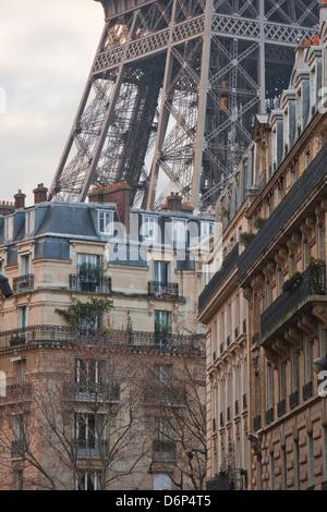 Der Eiffelturm und typische Paris Wohnungen, Paris, Frankreich, Europa - Stockfoto