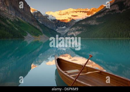Kanu auf dem See Louise bei Sonnenaufgang, Banff National Park, UNESCO-Weltkulturerbe, Alberta, Rocky Mountains, - Stockfoto