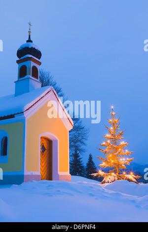 kapelle mit beleuchteter weihnachtsbaum im oberen bayern. Black Bedroom Furniture Sets. Home Design Ideas