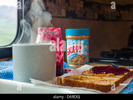 Erdnussbutter und Marmelade sandwich und heißen Kaffee in ein Wohnmobil, Denali National Park, Alaska, USA - Stockfoto