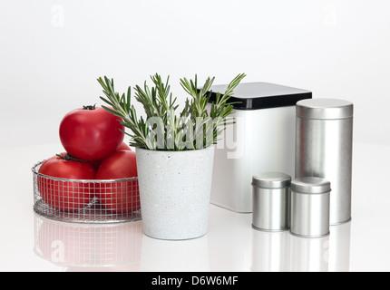 Lebensmittel Lagerbehälter, Tomaten und Rosmarin auf weißem Hintergrund. - Stockfoto