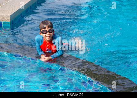 Kleine Jungen Tauchen Spaß im Schwimmbad. - Stockfoto