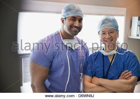 Porträt von zuversichtlich Chirurgen lächelnd im Krankenhaus - Stockfoto