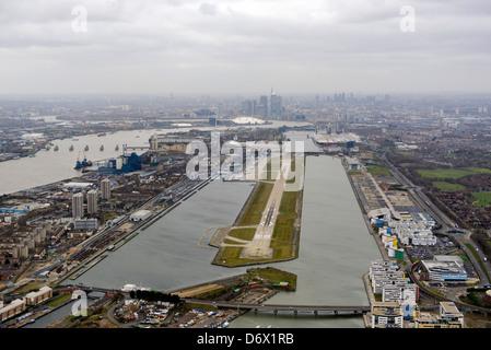 Luftaufnahme von London City Airport mit Blick auf Canary Wharf - Stockfoto