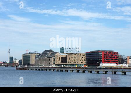 Ein Blick über die Spree an der Mediaspree-Gebäudekomplex (v.l) die Deutschland-Zentrale von Universal Music, der - Stockfoto