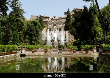 Villa d Este. Tivoli. Italien. Blick über die Ebene Gärten und Teichen der spektakulären und cascading Brunnen von - Stockfoto