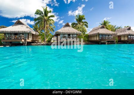 Über Wasser Bungalows mit Schritten in erstaunlich blauen Lagune - Stockfoto