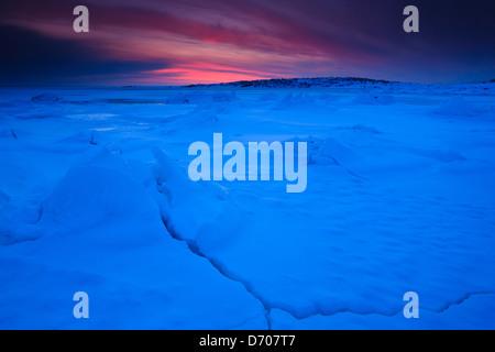 Gestoßenem Eis und Schnee an der Küste von den Oslofjord bei Teibern in Larkollen, Rygge Kommune, Østfold Fylke, Norwegen.