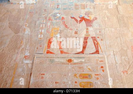 Fresken an den Wänden der Tempel, Leichenhalle Tempel der Königin Hatshepsut, Luxor Temple Complex zum UNESCO-Weltkulturerbe, - Stockfoto