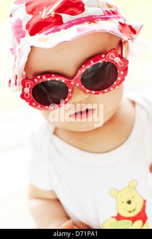 Baby mit Sonnenbrille - Stockfoto
