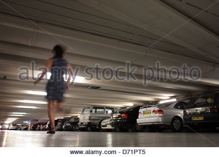 Frau läuft in einer Tiefgarage - Stockfoto