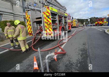 Aberystwyth, Großbritannien. 26. April 2013. Flammen und Rauch gesehen wurden, aus dem Dach des Gebäudes hinten - Stockfoto