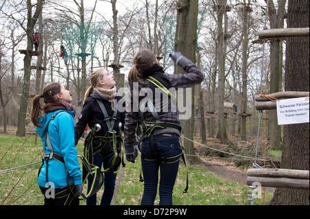 Berlin, Deutschland, Mädchen im Hochseilgarten in der Heide, Jungfrau - Stockfoto