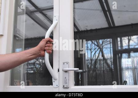 Mannes Hand packte einen Behinderung Grab zu behandeln, eine Form der Behinderung lebenden Hilfe In der häuslichen - Stockfoto