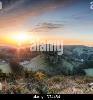 Sonnenaufgang mit Blick auf die Ruinen von Corfe Castle auf der Isle of Purpeck in Dorset. - Stockfoto