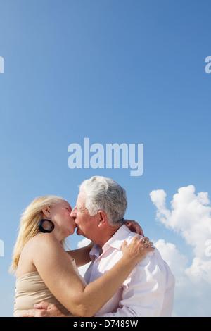 Älteres Paar in Liebe, Flitterwochen mit alten Mann und Frau küssen. Textfreiraum - Stockfoto