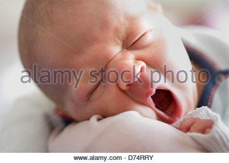 Nahaufnahme von einem Babymädchen Gähnen - Stockfoto