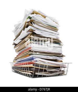 Büro in Fach gestapelt hoch mit einer großen Menge von überwältigenden Arbeit gutes Konzept für stress - Stockfoto