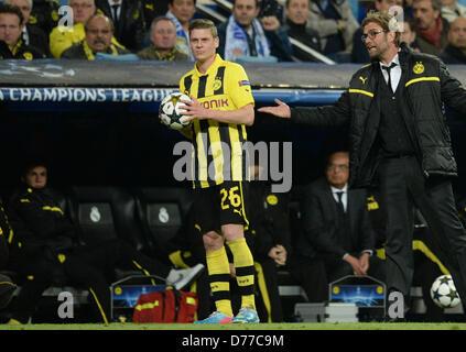 Dortmunds Cheftrainer Juergen Klopp (R) spricht mit Lukasz Piszczek in der UEFA Champions League-Halbfinale Finale - Stockfoto