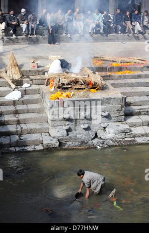 Nepal Himalaya Kathmandu Pashupatinath Tempel Feuerbestattung am Flussufer - Stockfoto
