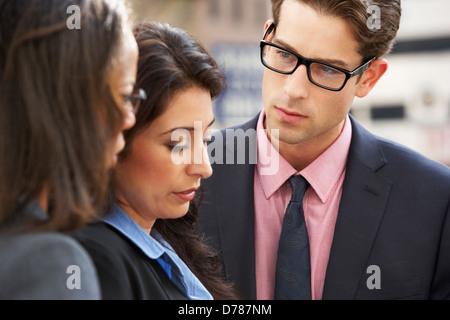 Unternehmer und Unternehmerinnen, die Diskussion In der Straße - Stockfoto