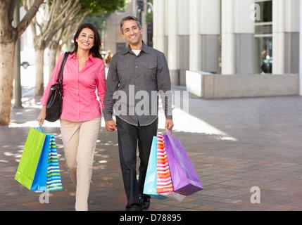 Paar Einkaufstaschen auf Stadtstraße - Stockfoto