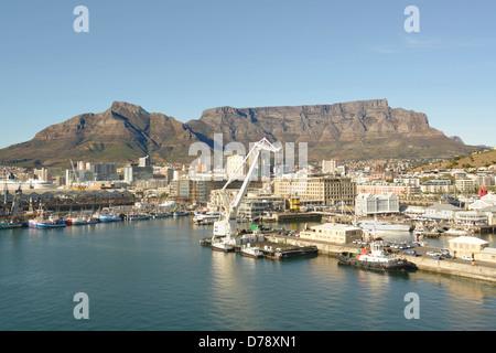 Erhöhten Blick auf Kapstadts Waterfront District mit Tafelberg im Hintergrund - Stockfoto