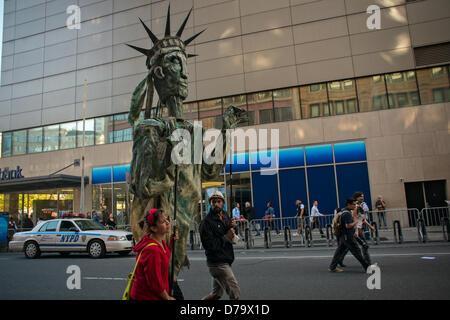 Mittwoch, 1. Mai 2013, New York, NY, USA: Zwei Menschen, die eine große Statue of Liberty-Marionette wurden unter - Stockfoto