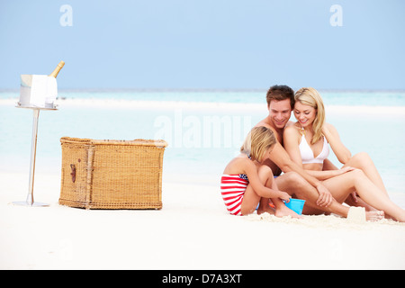 Familie am Strand mit Luxus Champagner-Picknick - Stockfoto