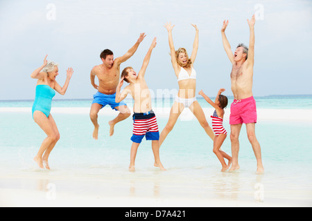 Multi-Generationen-Familie Spaß im Meer am Strandurlaub - Stockfoto