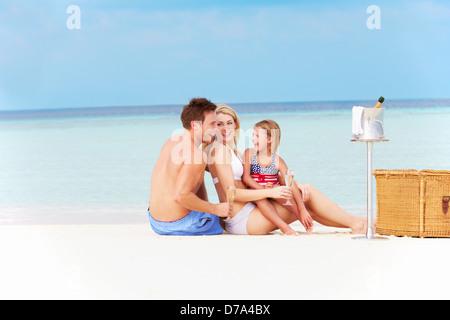 Familie am Strand mit Luxus Champagner-Picknick - Stockfoto