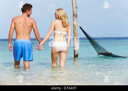 Romantisch zu zweit im wunderschönen tropischen Meer stehen - Stockfoto