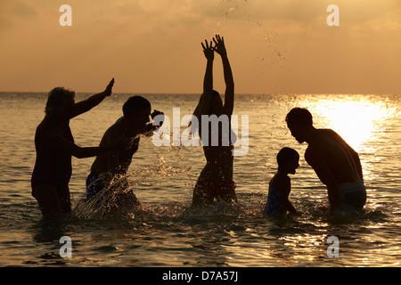 Silhouette des Multi-Generationen-Familie Spaß im Meer - Stockfoto