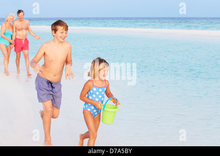 Großeltern und Enkel, die Spaß am Urlaub am Meer - Stockfoto