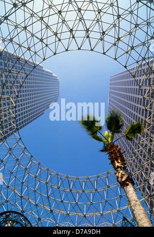 Spaceframe Kunstwerk lenkt die Aufmerksamkeit auf zwei hoch aufragenden Bürogebäude in der Innenstadt von finanziellen - Stockfoto