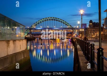 er Tyne Bridge ist eine durch Bogenbrücke über den Fluss Tyne im Nordosten Englands, Verknüpfung von Newcastle Upon - Stockfoto