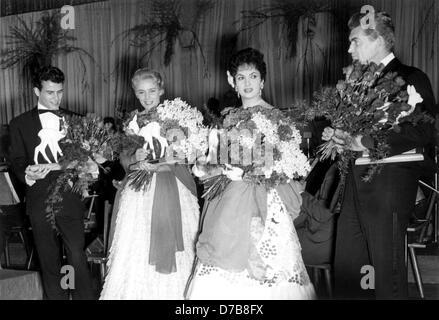 Horst Buchholz, Maria Schell, Gina Lollobrigida und Jean Marais (l-R) zeigen, dass ihre Bambi am 16. März 1957 bei - Stockfoto