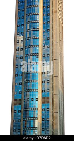 Teil eines sehr hohen Wolkenkratzers isoliert auf weißem Hintergrund. - Stockfoto