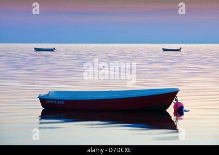Boote bei Sonnenuntergang an der Ostsee am Øresund, Skåne, Schweden - Stockfoto