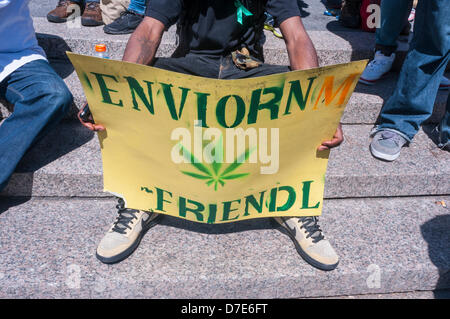 New York, USA. 4. Mai 2013. Kiffer versammeln sich in Union Square, zum 46. Geburtstag der Million Marijuna März, - Stockfoto