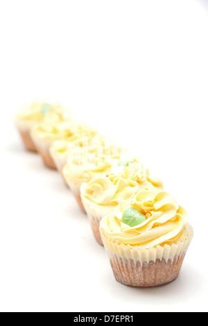 hausgemachte cremige Luxus Tasse Kuchen mit detaillierten Blume und funkelt - Stockfoto