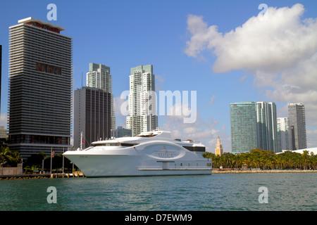 Miami Florida Biscayne Bay Biscayne Boulevard skyline Wasser Wolkenkratzer hohe Kondominium Gebäude Seafair Boot - Stockfoto