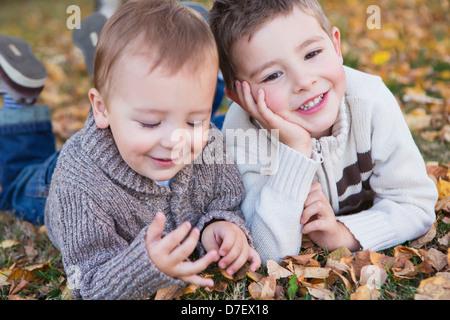 Porträt von zwei jungen Handauflegen Laub in Herbstfärbung; St. Albert Alberta Kanada - Stockfoto