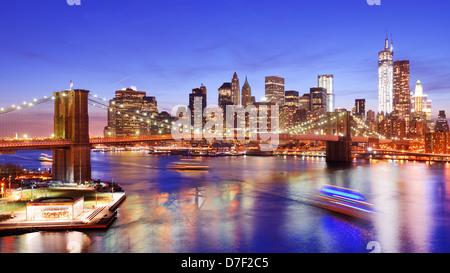 Lower Manhattan von oben den East River in New York City. - Stockfoto