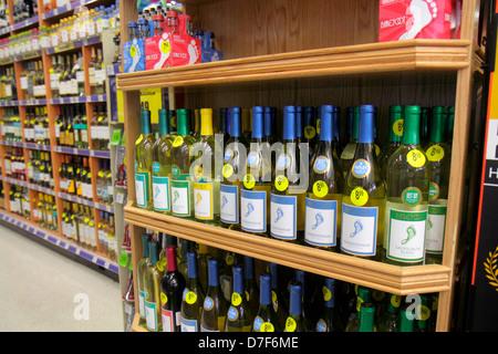Miami Beach Florida Walgreens Apotheke Drogerie Regale für Verkauf Konkurrenzmarken Verpackung Retail Display Wein - Stockfoto