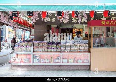 Shop mit traditionellen japanischen Süßwaren in Asakusa, in der Nähe der Tempel Sensoji, Tokyo, Japan - Stockfoto