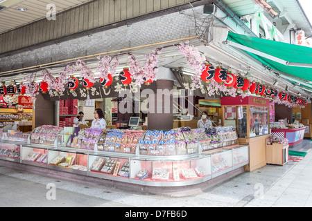 Eckladen mit traditionellen japanischen Süßwaren in Asakusa, in der Nähe der Tempel Senso-Ji, Tokyo, Japan - Stockfoto